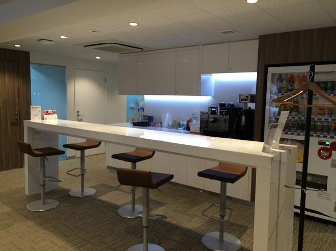 リージャス広尾は恵比寿・広尾・麻布エリアのレンタルオフィス・シェアオフィス_ビジネスラウンジの長テーブル