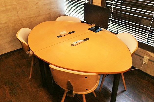 新宿駅、西新宿駅徒歩圏の格安会議室4名用byベースポイント。丸テーブル