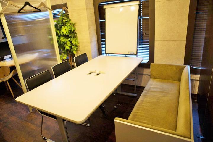 新宿駅、西新宿駅徒歩圏の格安会議室6名用byベースポイント。ソファー席も