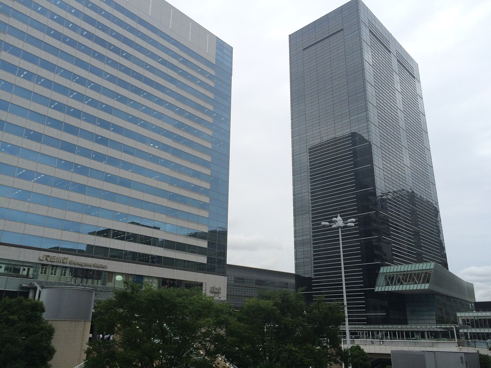 左が品川駅、右がエキスパートオフィス品川が入るアレア品川