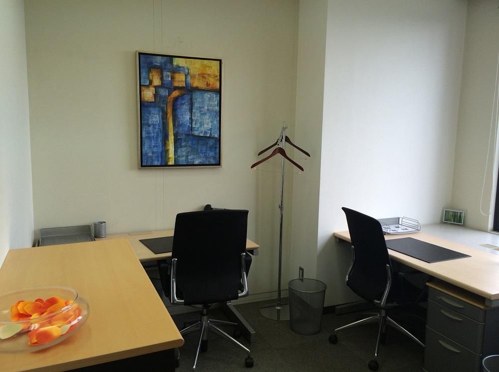 リージャス神谷町MTビル_個室レンタルオフィス_机フォーカス