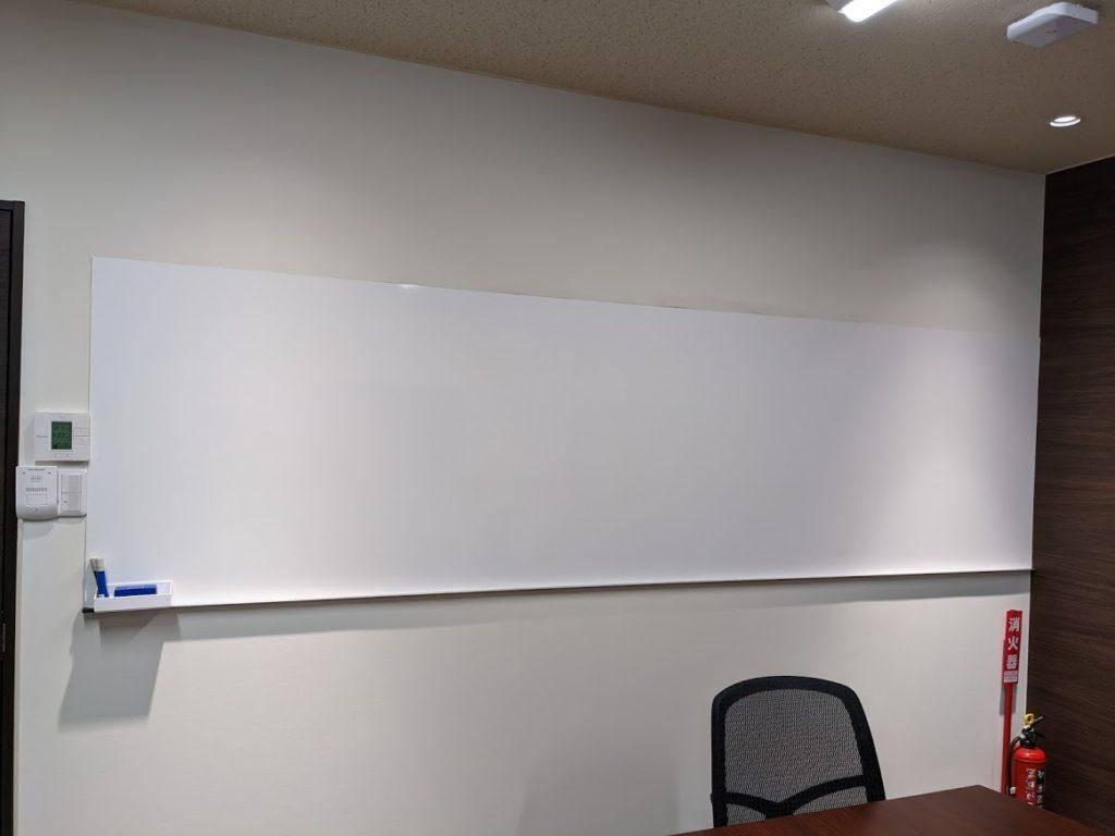 ビズコネクト新宿_バーチャルオフィスの会議室にあるホワイトボード