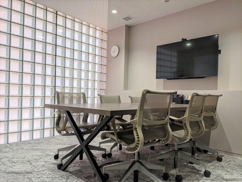 ビジネスエアポート新宿三丁目の会議室6名用