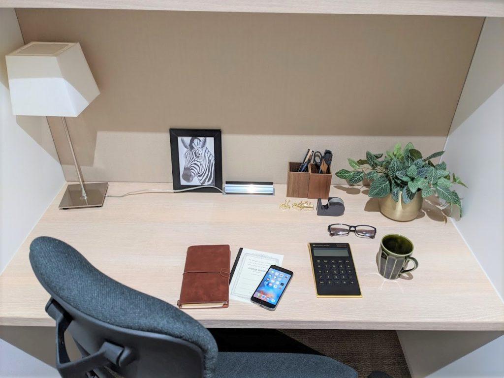 ビジネスエアポート新宿三丁目の1名用個室のデスク
