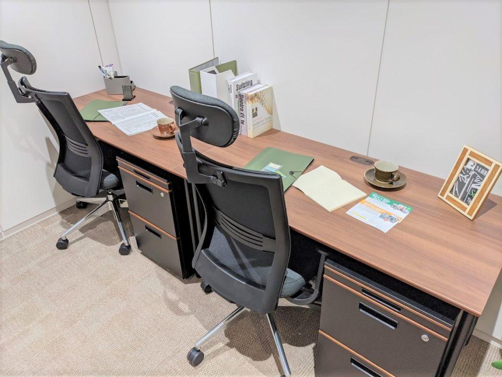 ビジネスエアポート新宿三丁目の2名用の個室。横並びタイプ