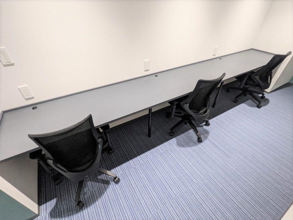 MIDPOINT川崎_個室_7階_3名個室_窓無しで横並びのレンタルオフィス